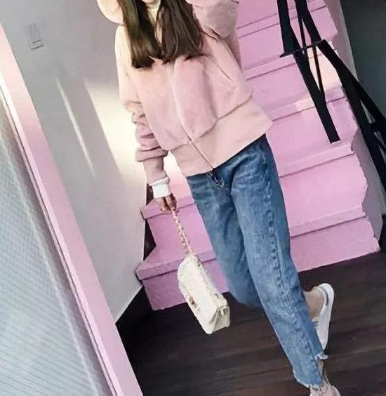 粉色卫衣配什么样裤子 柔和舒适甜美俏丽