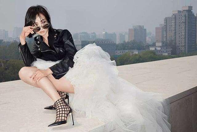 皮衣怎么穿更酷 皮衣搭配网纱裙 仙气带点酷酷感绝