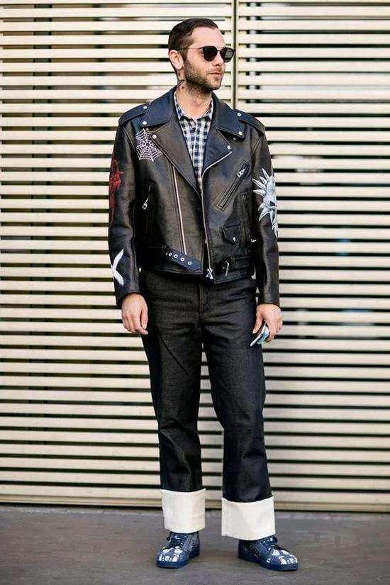 男黑皮夹克搭配什么裤子 人群中脱颖而出
