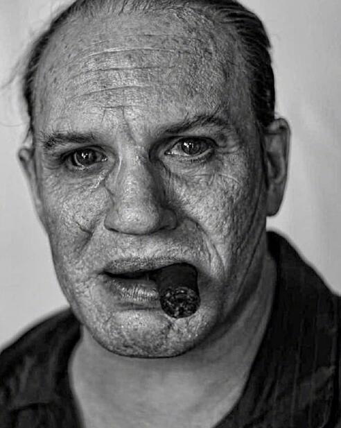 汤姆·哈迪《卡彭》造型照曝光 皱纹满面疤痕惊人
