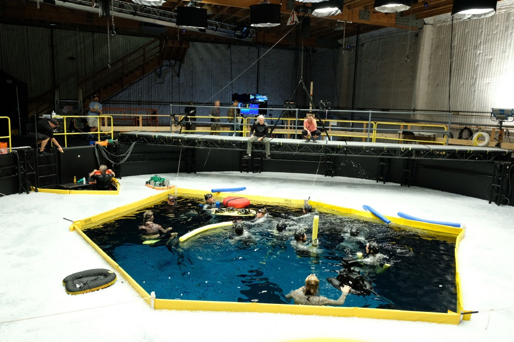 《阿凡达2》最新片场照曝光 卡梅隆指导水下拍摄