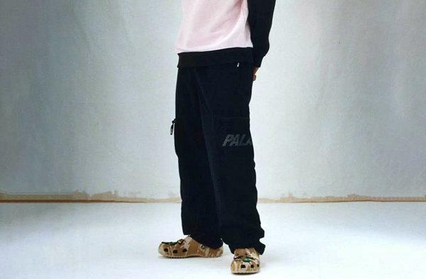 Palace x Crocs 全新联名鞋款抢先预览,驼色迷彩印花