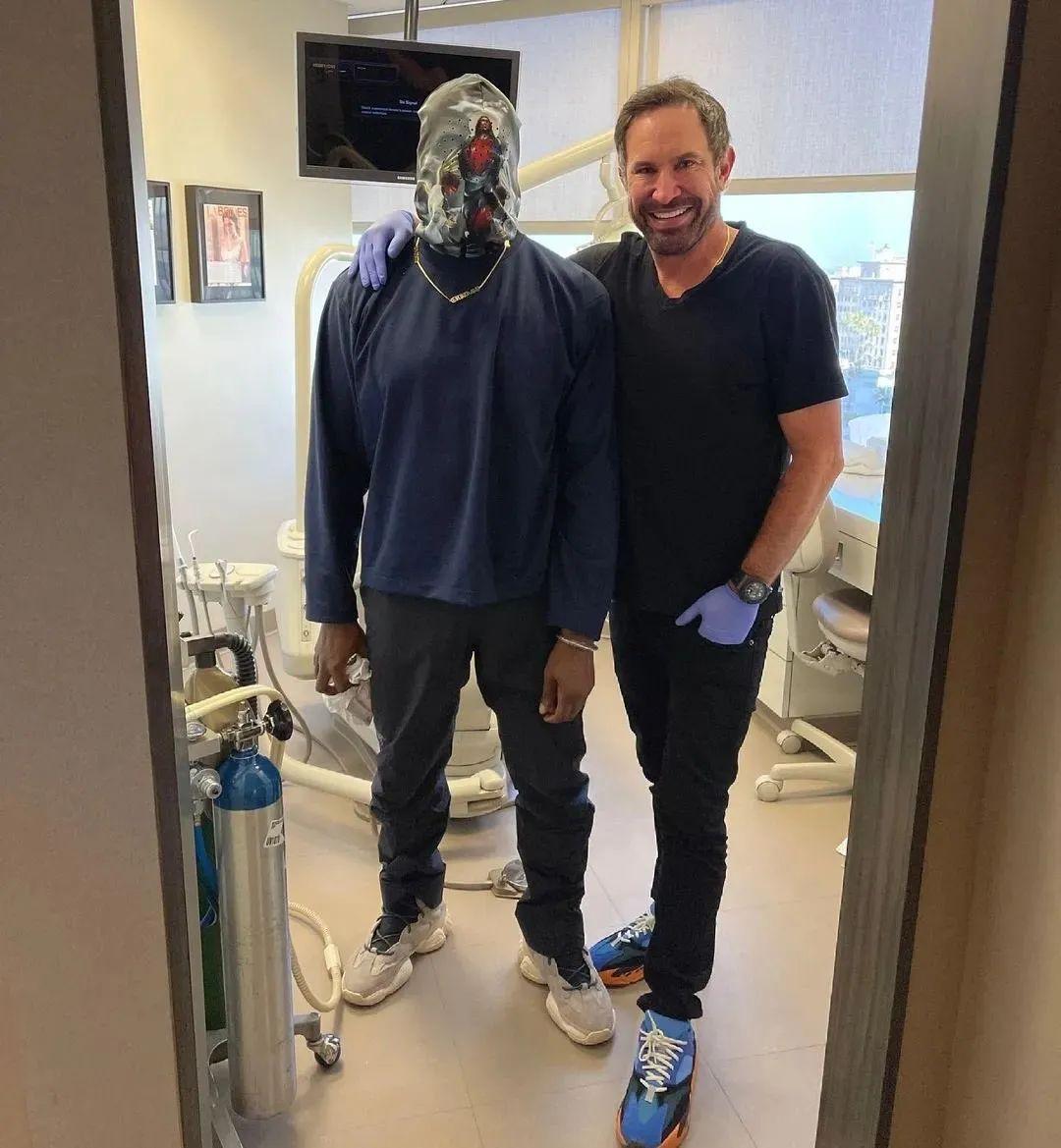 悍匪Kanye戴头套看牙医!一双Yeezy 500新配色曝光,疑将发售!