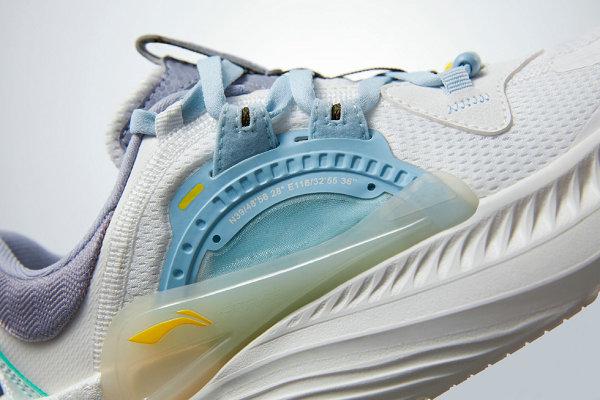 """李宁全新""""星火""""跑鞋系列上架,多材质拼接造型"""