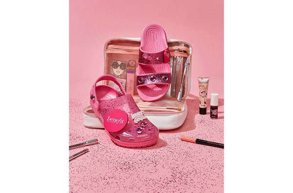 Crocs x Benefit 全新联名洞洞鞋系列开售,粉红果冻色