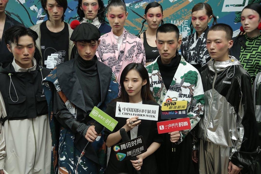 中国潮水新锐品牌荒唐星球携手中国邮政,配合公布了SS22联名系列服装